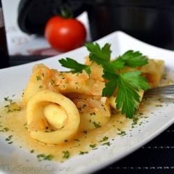 Calamares en salsa de tomate, vino blanco y azafrán una receta de tapa muy fácil y rápida