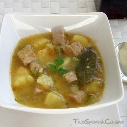 Receta de cocina de marmitako de bonito. Una receta casera de la cocina vasca con atún, patatas y pimientos