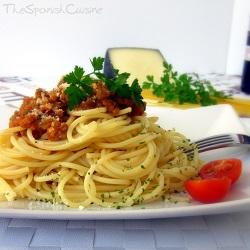 Receta de espaguetis con salsa boloñesa, una receta de pasta italiana con carne picada y tomate