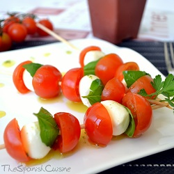 Summer skewers recipe with tomatoes, mozzarella and basil!