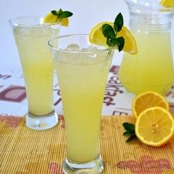 Homemade lemonade recipe with fresh squeezed lemon juice, easy and healthy summer drink
