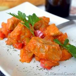 Receta de bonito con tomate frito, pimientos y cebolla
