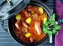 Receta de patatas guisadas con costillas de cerdo adobadas, un plato tradicional y casero de España