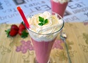 Strawberry smoothie recipe with whipped cream, an easy Spanish smoothie recipe with fresh strawberries